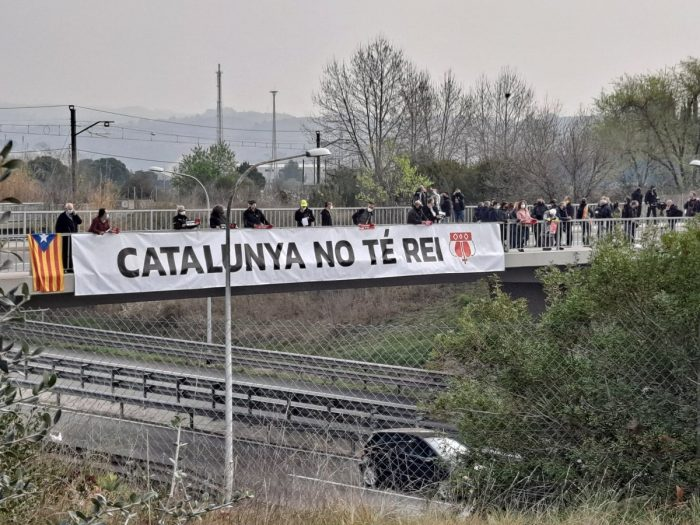 Pancarta y movilización para recibir al Borbón en Martorell (Video)